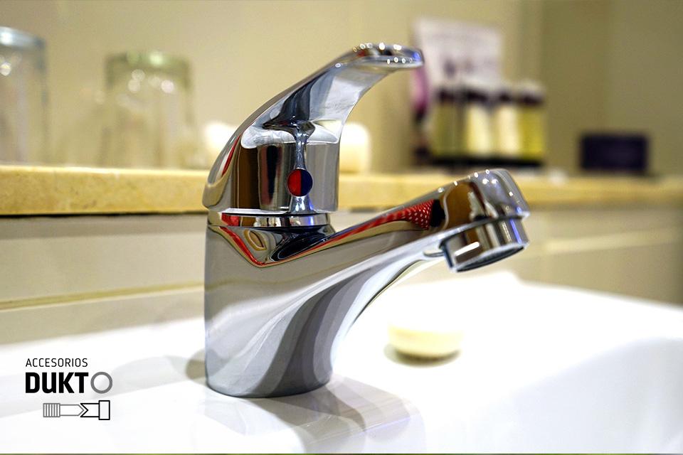 Como-cambiar-los-latiguillos-del-lavabo